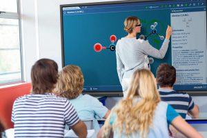 Una profesora usa un monitor interactivo Newline en el aula
