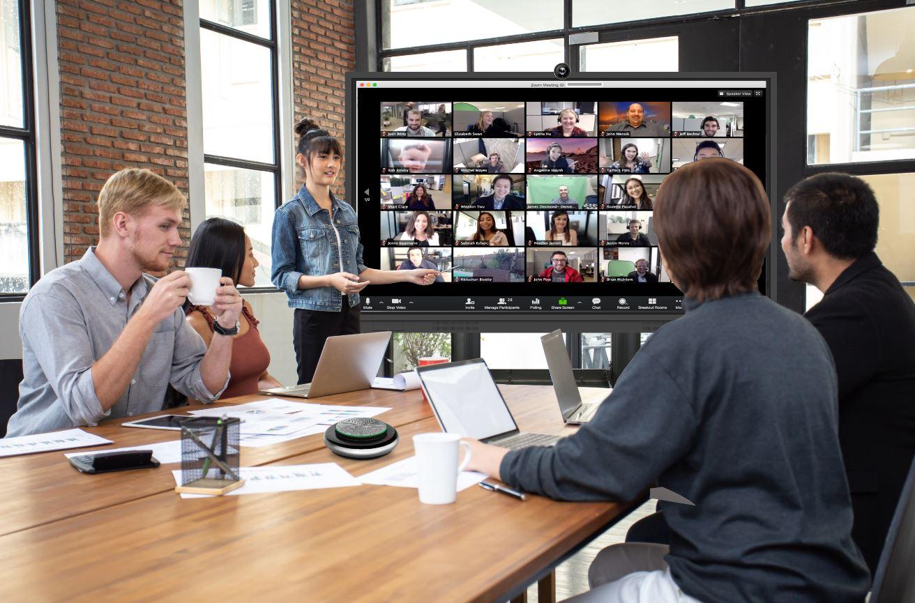 Monitor interactivo Newline, en una oficina