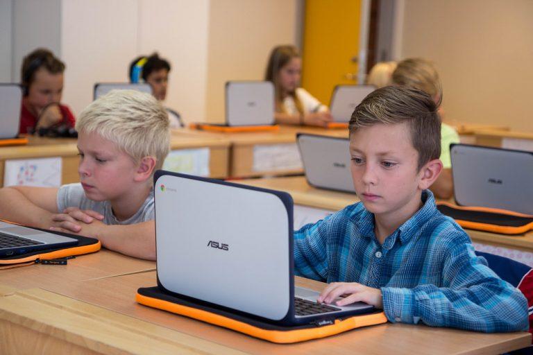 Alumnos con portátiles Chromebook