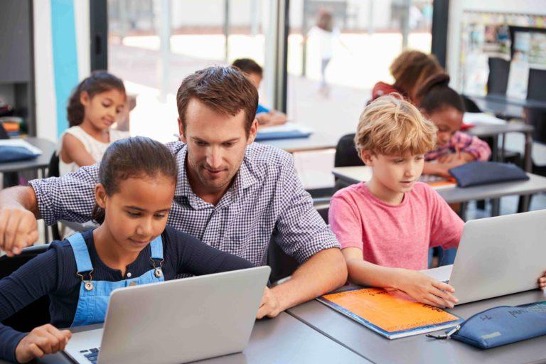 La digitalización de un colegio supone que cada estudiante use su propio portátil