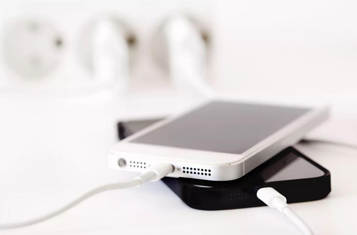 Dos smartphones, en pleno proceso de carga