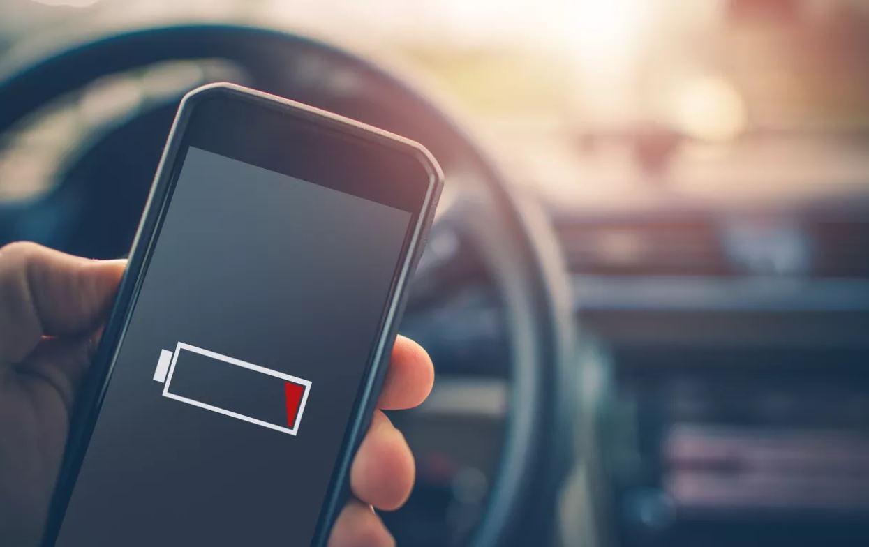 Si cargas el móvil en el coche, la carga será más lenta que si conectas el cargador a la corriente